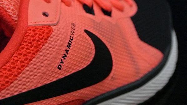 تکنولوژی داینامیک وایر و نماد برند نایکی بر کفش ام اس ال نایک نارنجی و مشکی