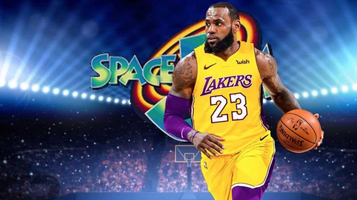 لبرون جیمز با لباس زرد و بنفش بسکتبال در پوستر فیلم Space Jam 2