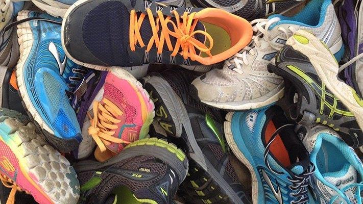 کفش های اسپرت رنگی روی هم ریخته شده